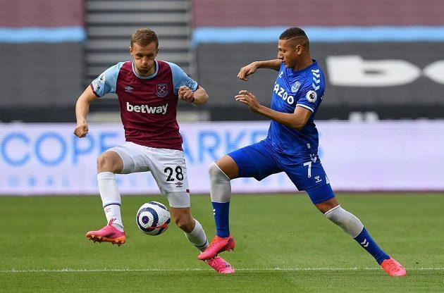 Fotbalista West Hamu United Tomáš Souček (vlevo) v souboji o balon s Richarlisonem z Evertonu.