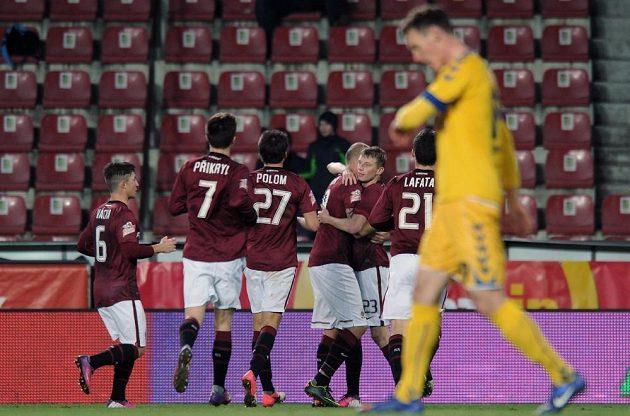 Roman Bednář (čtvrtý zleva) přijímá gratulace ke gólu, který vstřelil do sítě Jihlavy.