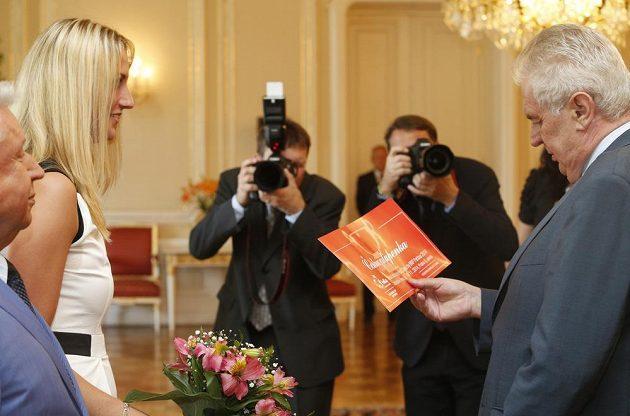 Prezident republiky Miloš Zeman přijal od wimbledonské vítězky Petry Kvitové čestnou vstupenku na listopadové finále Fed Cupu v Praze.