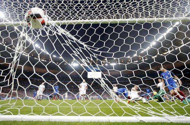 Gól! Míč popáté rozvlnil síť islandské branky po střele Oliviera Girouda.