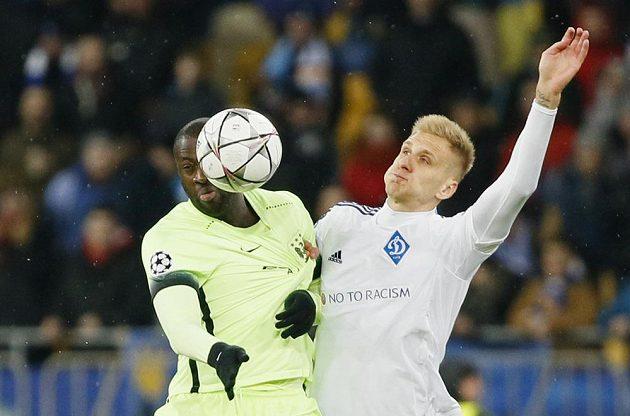 Yaya Touré z Manchesteru City (vlevo) bojuje o míč s Lukaszem Teodorczykem z Dynama Kyjev.