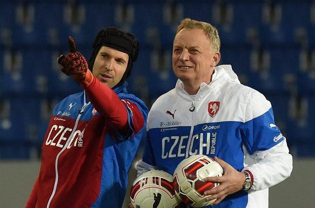 Zleva gólman Petr Čech a trenér brankářů Jan Stejskal.