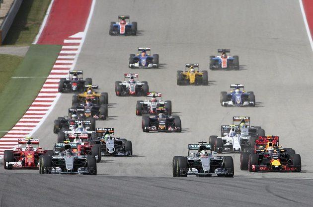 Start Velké ceny USA formule 1. V čele ještě oba vozy stáje Mercedes.
