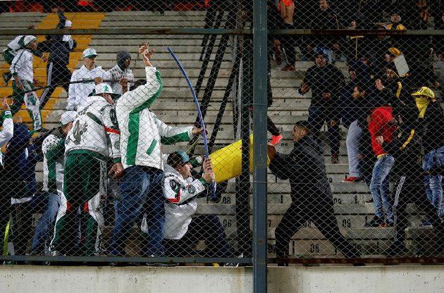 Při utkání mezi Peňarolem a Palmeiras se porvali hráči na trávníku i fanoušci v hledišti.