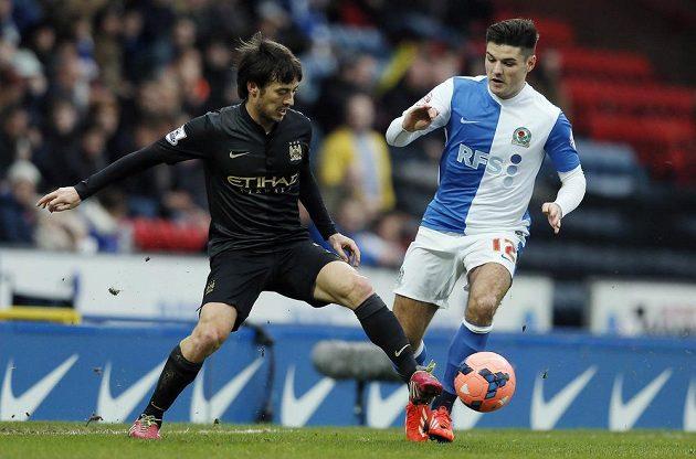 David Silva z Manchesteru City (vlevo) a Ben Marshall z Blackburnu bojují o míč.