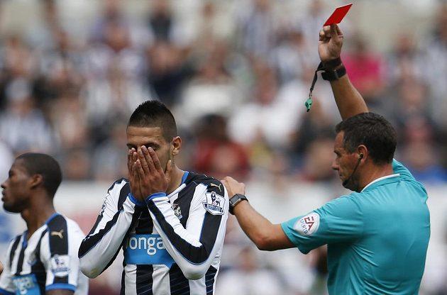 Srbský útočník Newcastlu Aleksandar Mitrovič dostává z ruky sudího Marrinera červenou kartu.