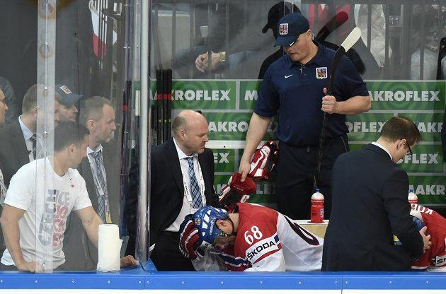 Jaromír Jágr a fyzioterapeut Pavel Kolář během utkání se Švédy na MS v Praze.