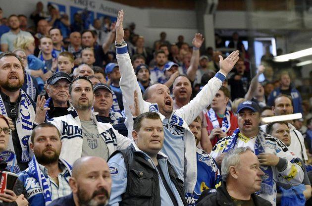 Fanoušci Brna reagují na neuznaný gól jejich týmu proti Hradci Králové.