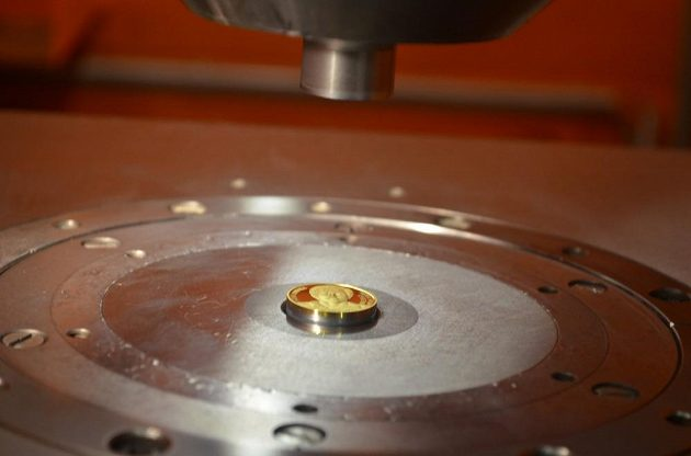 Výroba zlaté mince s portrétem Antonína Panenky.