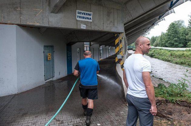 Sportovní ředitel Slovanu Jan Nezmar (vpravo) zkoumá, jakou zkázu velká voda napáchala.