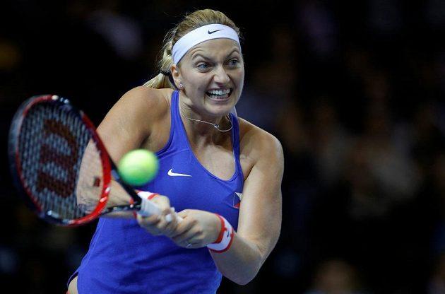 Petra Kvitová během duelu finále Fed Cupu s Francouzkou Garcíaovou.