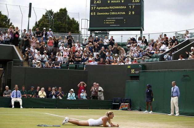 Slovenská tenistka Dominika Cibulková slaví vítězství nad Polkou Agnieszkou Radwaňskou v osmifinále Wimbledonu.