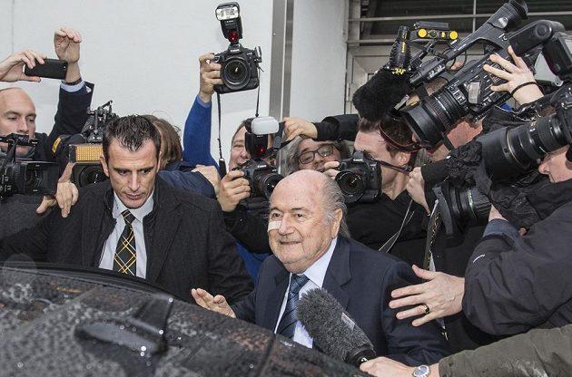 Sepp Blatter, suspendovaný šéf FIFA, přijíždí na tiskovou konferenci, aby reagoval na verdikt etické komise.