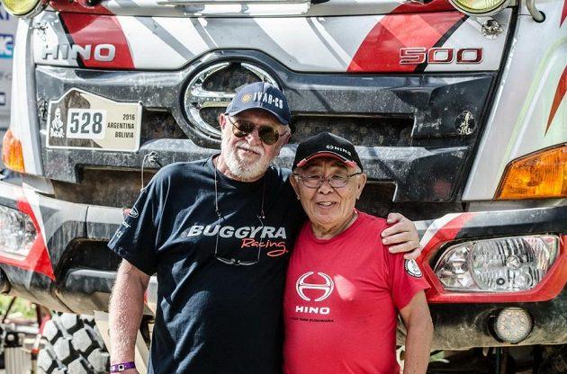 Josef Kalina (vlevo) se během volného dne na Dakaru setkal s nejstarším účastníkem soutěže, Japoncem Jošimasou Sugawarou.