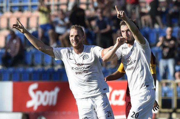 Zleva Vlastimil Daníček a Marek Havlík ze Slovácka se radují z gólu proti Dukle.
