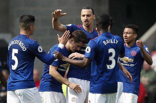 Radost fotbalistů Manchesteru United. Gratulace po vstřelení gólu přijímá Zlatan Ibrahimovic.