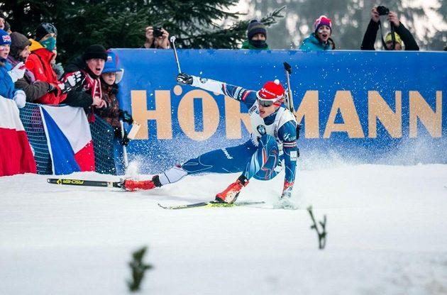 Ondřej Moravec míří k zemi při stíhacím závodu v Novém Městě na Moravě. Zlomená pažba jej poté připravila o naději na slušný výsledek.