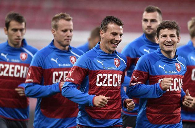 Záložníci Vladimír Darida (vpředu zleva) a Václav Pilař během tréninku české fotbalové reprezentace před utkáním s USA.