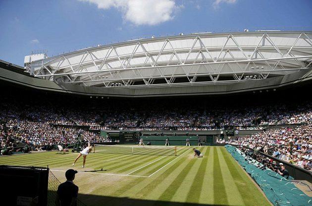 Centrální dvorec ve Wimbledonu během semifinále dvouhry mezi Petrou Kvitovou a Lucií Šafářovou.