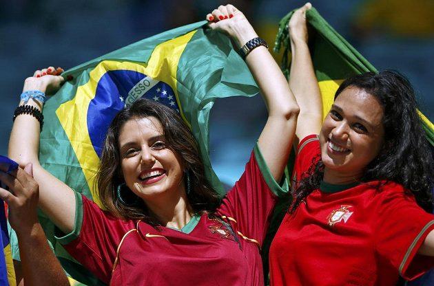 Fanynky Portugalska pózují s brazilskými vlajkami před utkáním s Německem.