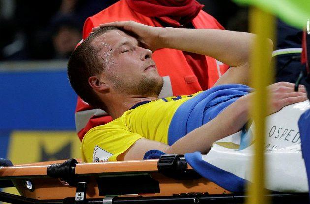Zraněný Jakob Johansson opouští trávník na nosítkách.