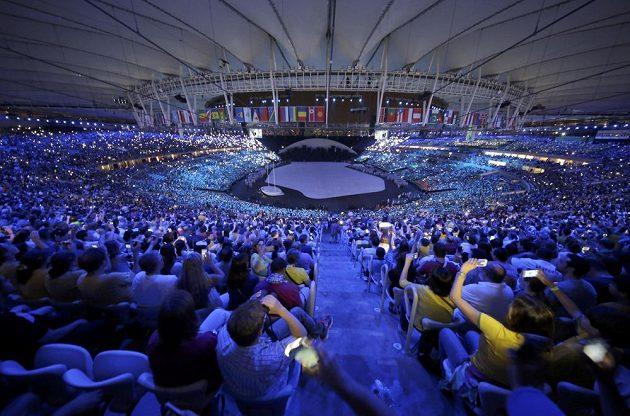 Diváci na stadiónu Maracaná sledují slavnostní zahájení olympiády v Riu.