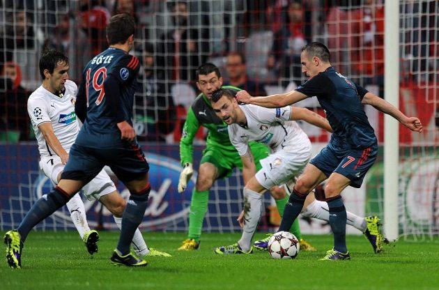 Radim Řezník z Plzně (druhý zprava) a záložník Bayernu Mnichov Franck Ribéry v duelu Ligy mistrů.