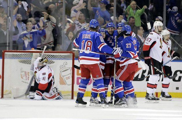 Radost hokejisté New Yorku Rangers poté, co skóroval Michael Grabner (40).