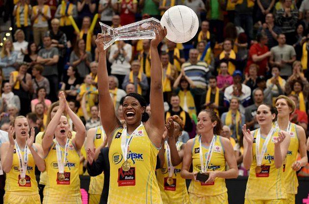 Basketbalistka USK Praha Kia Vaughnová s cenou pro nejužitečnější hráčku turnaje.