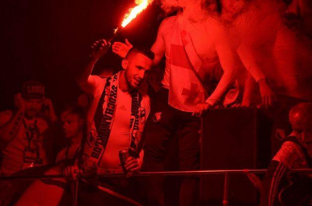 Tomáš Pekhart během oslav mistrovského titulu s fanoušky Legie Varšava.
