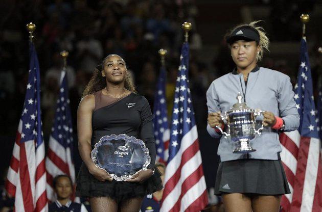 Obě finalistky ženského finále Serena Williamsová (vlevo) a Naomi Ósakaová pózují s trofejemi.