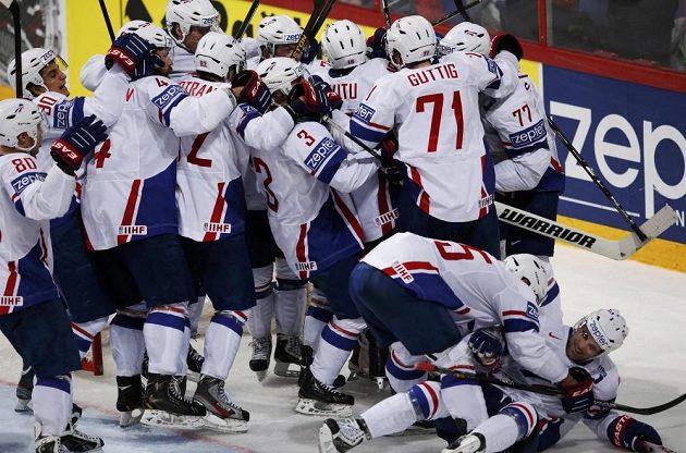 Radost hokejistů Francie po překvapivé výhře nad ruskými obhájci titulu.