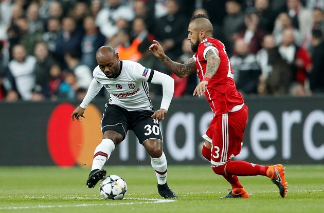 Fotbalista Besiktase Vagner Love (vlevo) v souboji s Arturo Vidalem z Bayernu.