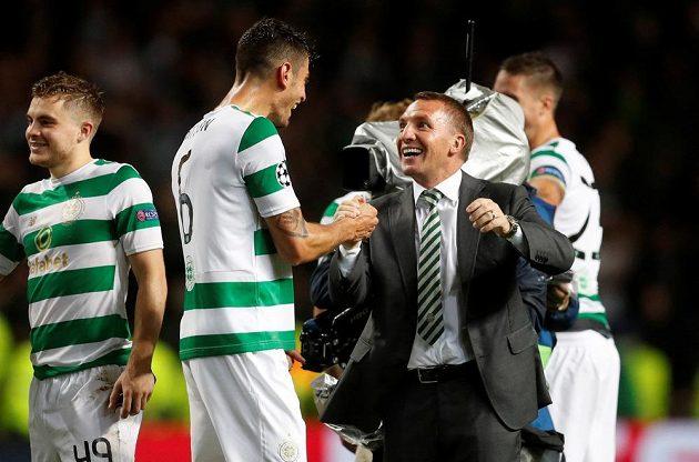 Stoper Celticu Nir Bitton slaví s trenérem Brendanem Rodgersem postup do základní fáze Ligy mistrů.