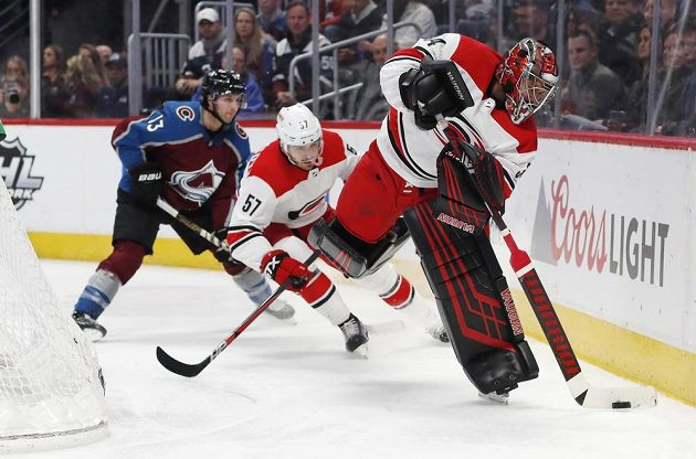 Brankář Caroliny Hurricanes Petr Mrázek rozehrává puk během utkání NHL.