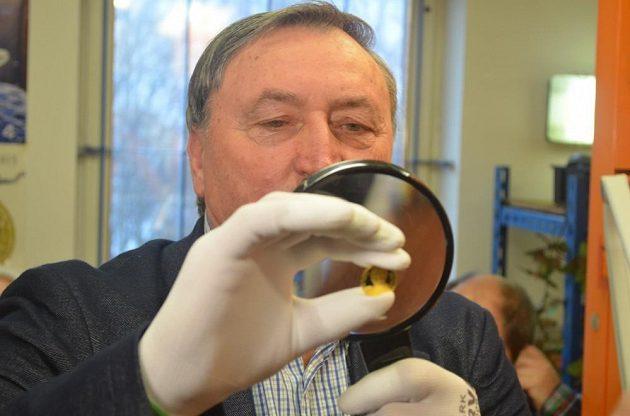 Antonín Panenka kontroluje zlatou minci s vlastním portrétem.