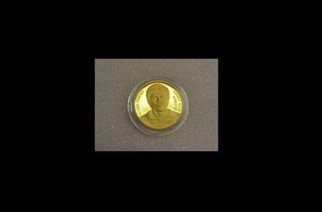 Zlatá mince s portrétem Antonína Panenky.