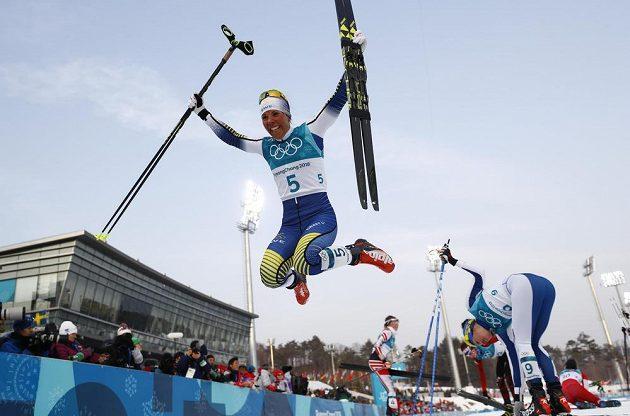 Švédka Charlotte Kallaová slaví zlato ve skiatlonu.