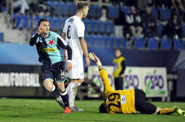 Záložník Slavie Miljan Vukadinovič (vlevo) se raduje z gólu v zápase proti Slovácku.