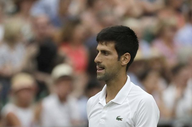 Srb Novak Djokovič v sobotním pokračování semifinále Wimbledonu se Španělem Rafaelem Nadalem.
