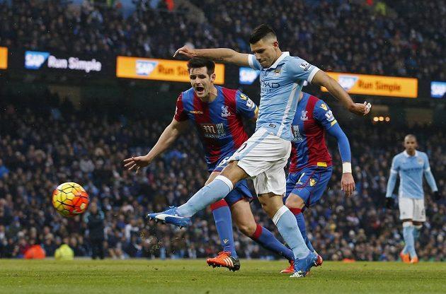 Dvougólový střelec Sergio Agüero během utkání s Crystal Palace.