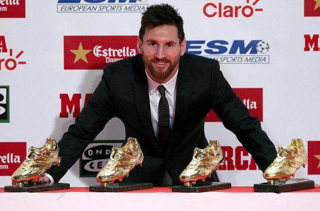 Barcelonský Lionel Messi pózuje se svojí sbírkou Zlatých kopaček.