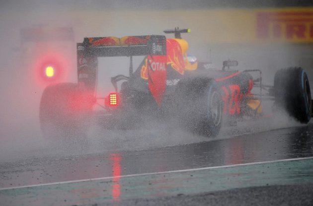 Max Verstappen z Red Bullu v deštivé kvalifikaci v Maďarsku.