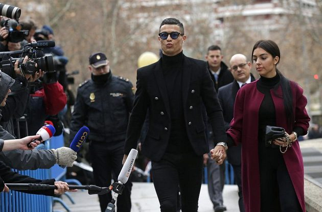 Úleva, fotbalista Cristiano Ronaldo odchází od soudu ve Španělsku. Vyvázl jen s pokutou.