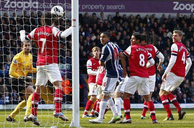 Velká chvíle velkého hlavičkáře - Tomáš Rosický (číslo 7) zabránil na brankové čáře West Bromwichi ve vstřelení gólu.