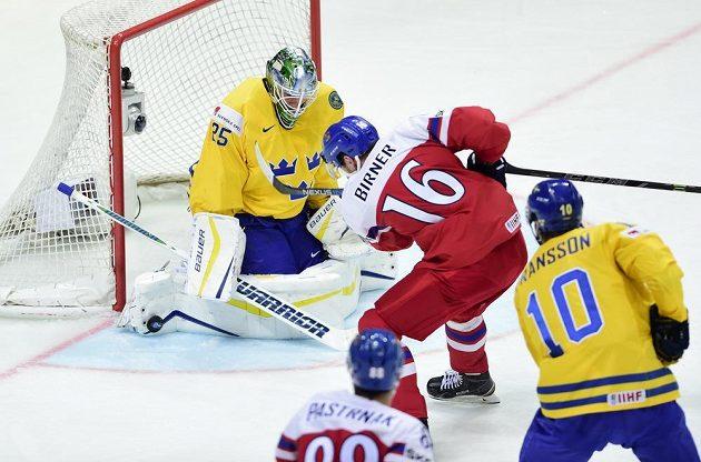 (Zleva) brankář Švédska Jacob Markström, český reprezentant Michal Birner a Johan Fransson ze Švédska.