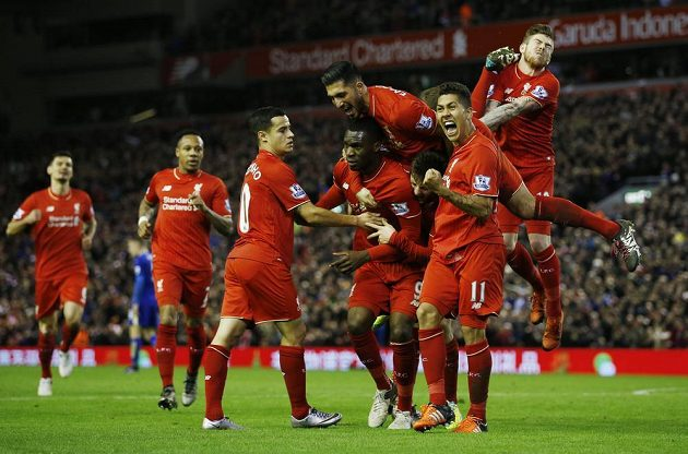 Christian Benteke (uprostřed) v obležení spoluhráčí z Liverpoolu po vstřelené brance Leicesteru.
