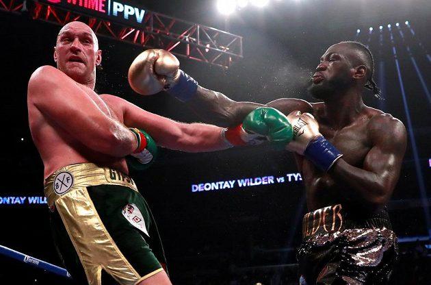 Fury schytává ránu od Wildera v zápase v Los Angeles.