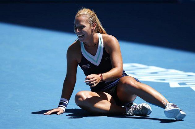 Slovenská tenistka Dominika Cibulková slaví vítězství nad Rumunkou Simonou Halepovou.
