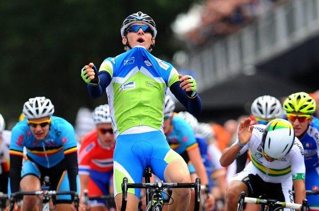 Slovinec Matej Mohorič se raduje z titulu na MS jezdců do 23 let.